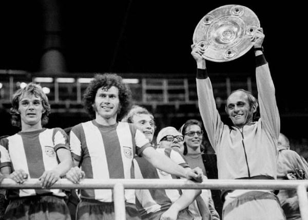 Breitner (o segundo da esquerda para a direita) celebrando uma das três Bundesligas que venceu entre 1972 e 1974.