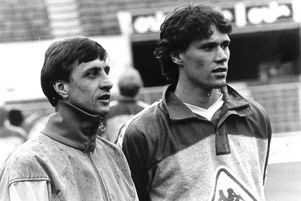 Cruyff e Van Basten: dupla causou furor no futebol holandês na temporada 1986-1987.