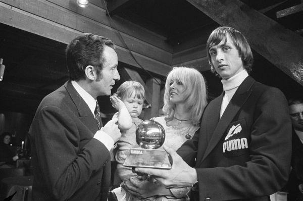 Com a Bola de Ouro que ganhou, em 1971: ele sabia tudo e mais um pouco de futebol.