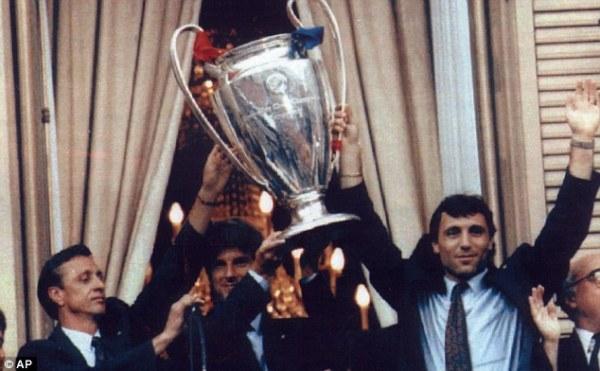 Cruyff, Laudrup e Stoichkov exibem a taça da Liga dos Campeões.