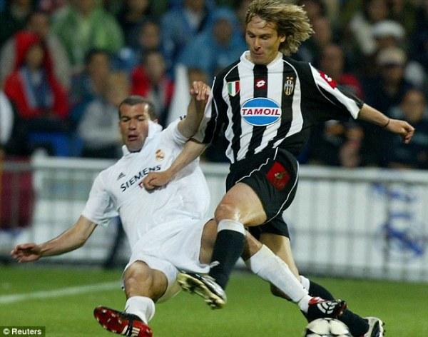 Choque de lendas: Zidane e Nedved.