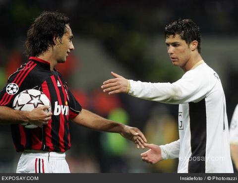 Cristiano Ronaldo (à dir.) pede a bola para Nesta, em 2007: o Milan só iria devolver depois de faturar o hepta da Liga.