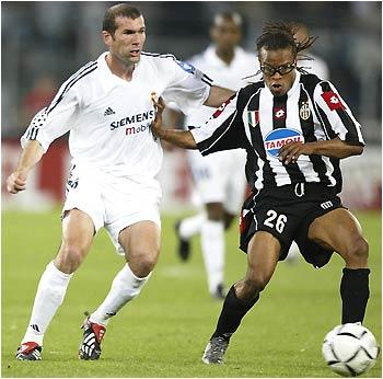 Zidane e Davids: duelo acirrado no meio de campo.