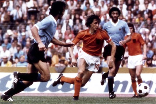 Cruyff (ao centro) em ação: nenhum uruguaio conseguiu pará-lo.