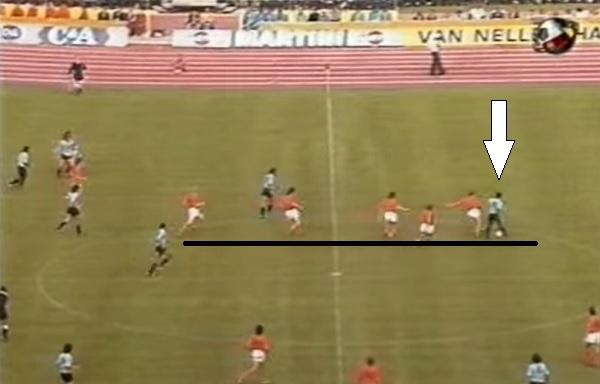 O lance de Pedro Rocha: perceba os cinco holandeses sedentos pela bola e o solitário uruguaio. Quem não chamaria a mãe!?