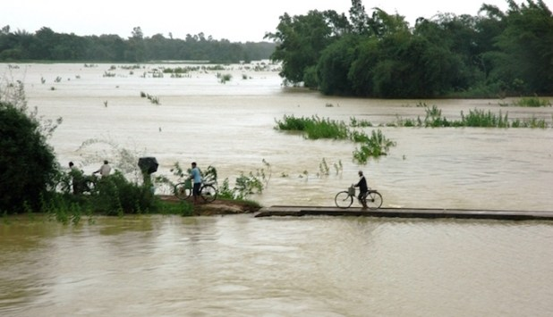 People fleeing the Brahmaputra floods on foot and by cycle [image by Kshitiz Anand]
