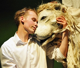 Bertie_and_the_White_Lion_in_The_Butterfly_Lion_(2012_Production)