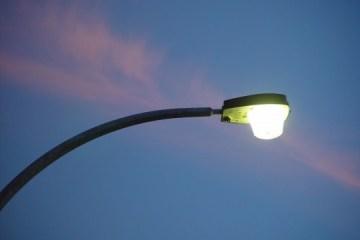 Street_light_against_a_streak_of_pink_sunset_cloud