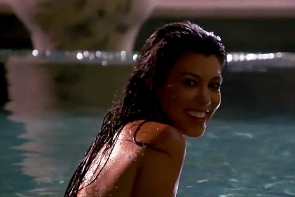Kourtney Kardashian nua na piscina veja o vdeo
