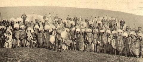 Photographie de guerriers zoulous (fin du XIXe siècle)