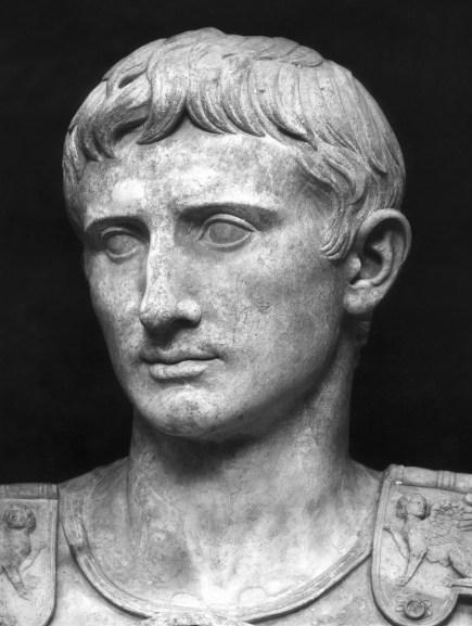 Busto de Augusto en blanco y negro.