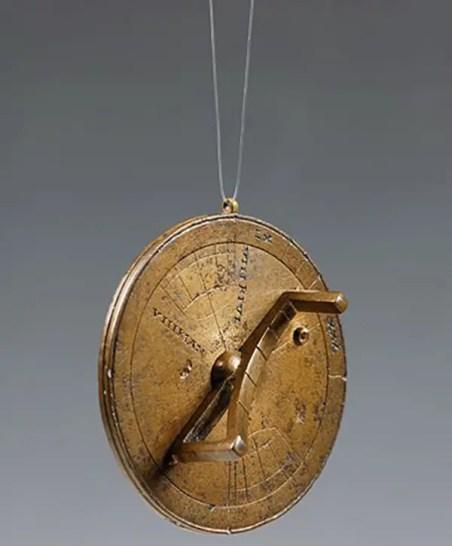 Reloj solar portátil, los mismos se llevaban como una medalla.