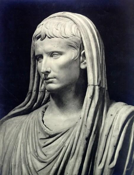 Imagen de la estatua César Augusto durante su tiempo como pontifex maximus