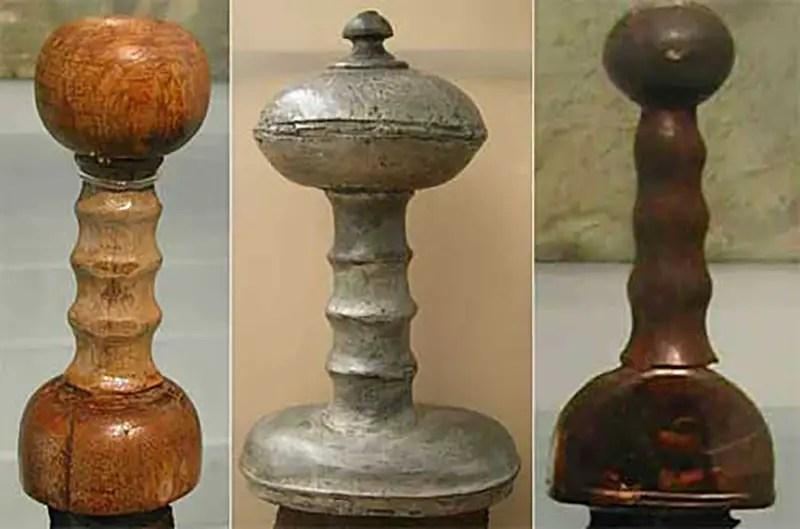 Fotografía mostrando las empuñaduras de distintas espadas gladius.