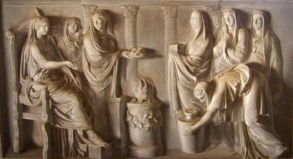 Relieve en mármol mostrando como las vestales mantenían el fuego sagrado.