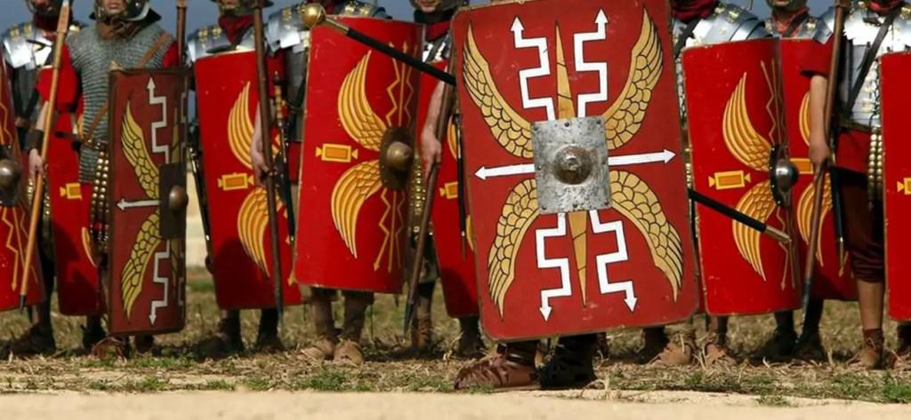 Fotografía mostrando los escudos de los soldados romanos.