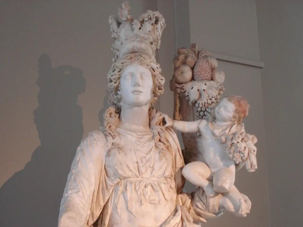 Fotografía de la estatua de la diosa Tique.