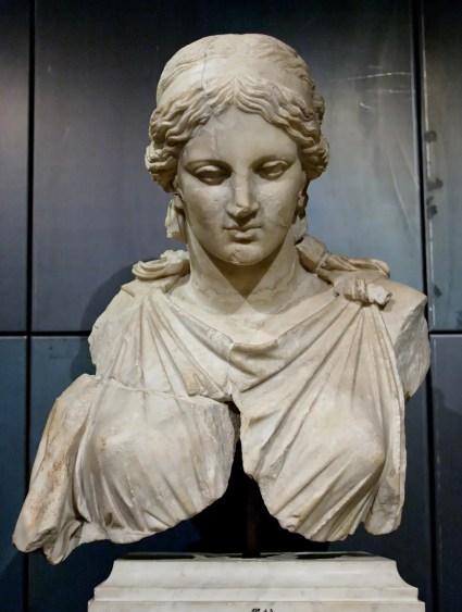 Fotografía de un fragmento de una estatua de Artemisa.