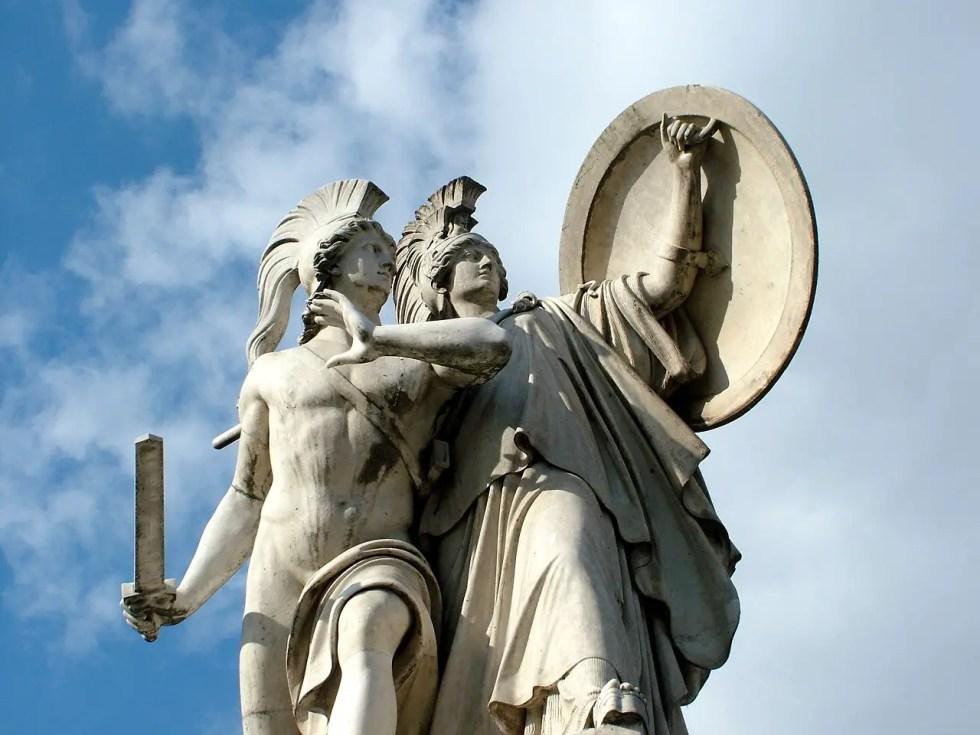 Fotografía de una estatua y la diosa Atenea.