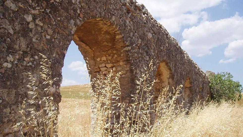 Acuaducto romano en un campo repleto de trigo, las funciones de los ediles incluían mantener los edificios públicos.