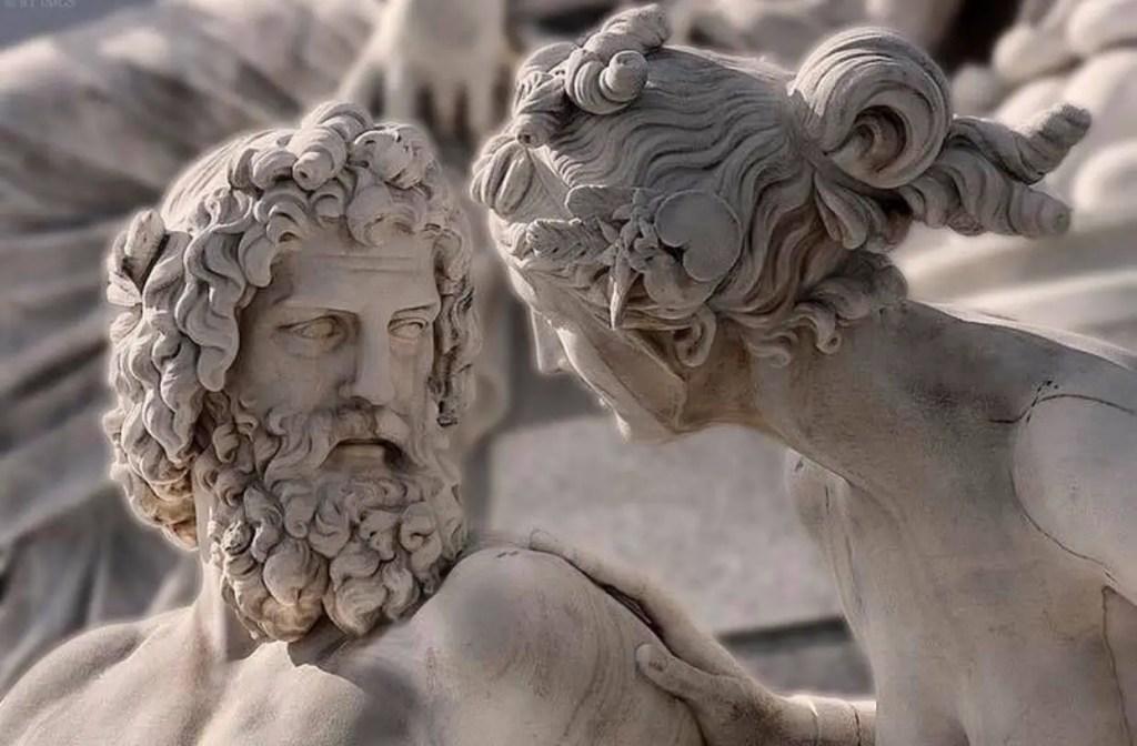 Detalla de una estatua moderna de Hera y Zeus o Juno y Júpiter.