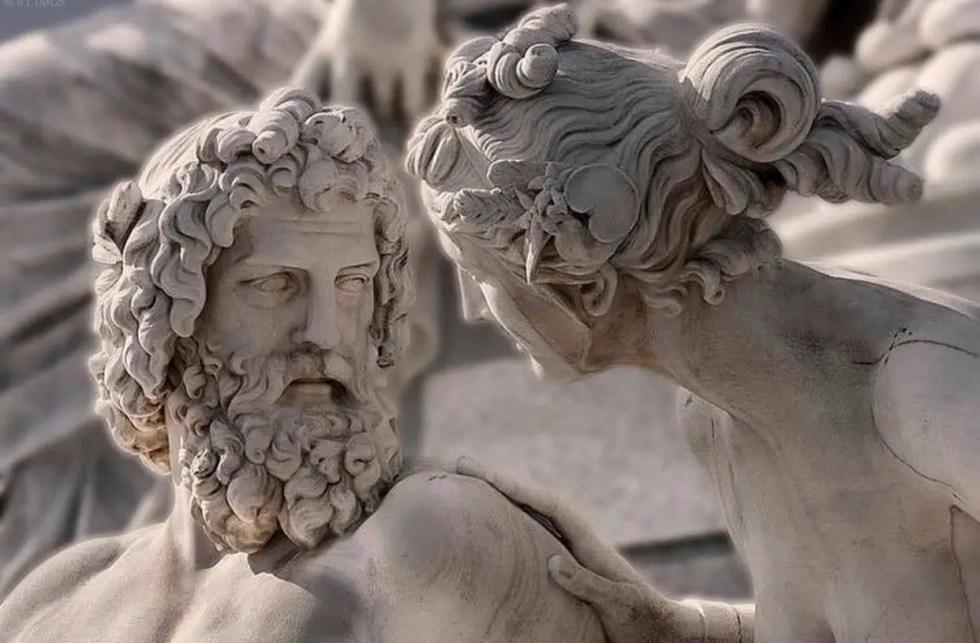 Detalle de una estatua moderna de Hera y Zeus o Juno y Júpiter. Los dioses griegos y los dioses romanos.