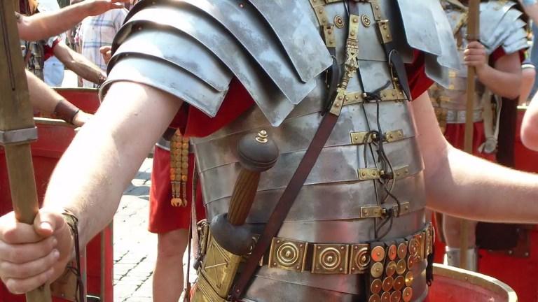 Recreación moderna de una armadura romana imperial del tipo Lorica Segmentata.