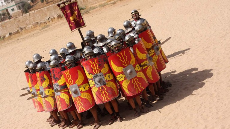 Recreadores históricos realizando una formación circular romana.