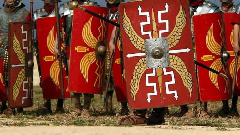 Fila de escudos de soldados romanos.