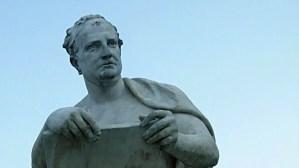 Estatua de Tito Livio, el autor de Ab Urbe Condita o La historia de Roma.