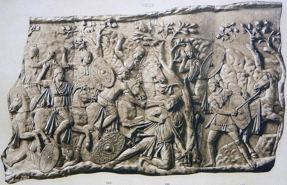 Molde de uno de los paneles de la Columna de Trajano mostrando al rey dacio Decébalo siendo arrinconado en la ladera por Tiberio Claudio Máximo  y el arremetimiento final de los romanos contra los últimos guardaespaldas del rey intentando defender a su monarca.
