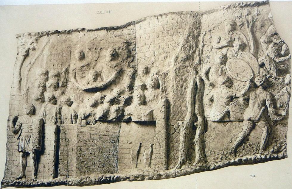 Detalle del molde de uno de los paneles de la Columna de Trajano mostrando la cabeza de Decébalo siendo entregada a Trajano sobre un escudo. La cabeza fue entonces conservada y posteriormente llevada Roma para ser presentada a la población durante el triunfo del emperador.