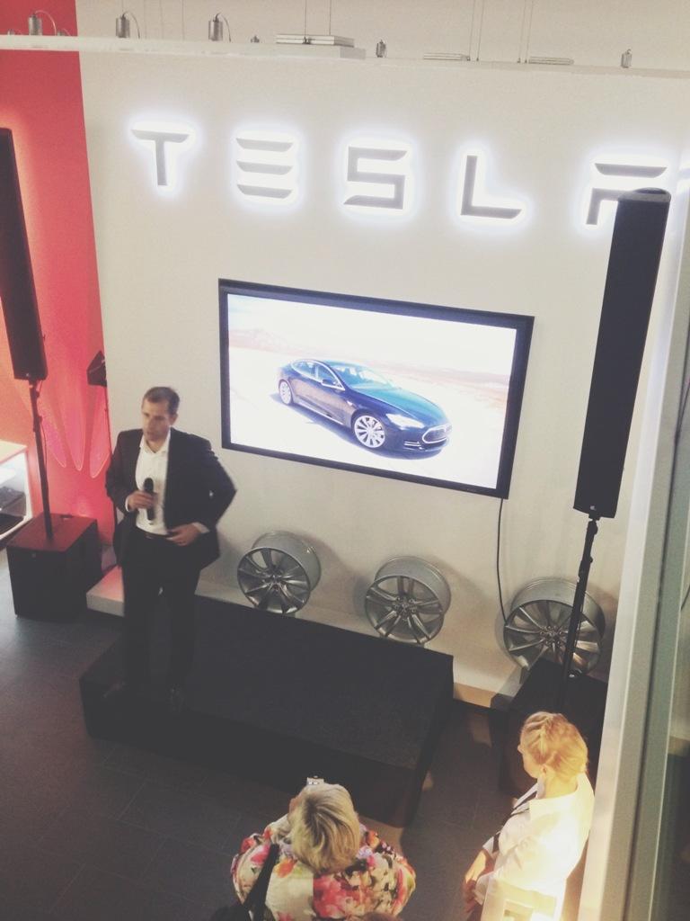 Tesla eröffnet Flagshipstore in Hamburg   Große Bleichen   Tesla Showroom