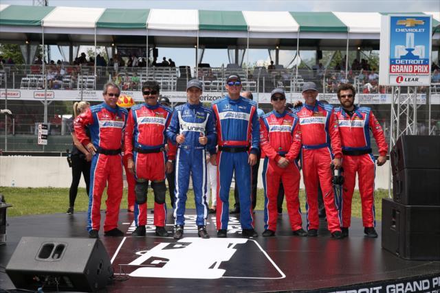 Gutiérrez con su equipo de trabajo, liderado por Craig Hampson (FOTO: Chris Jones/INDYCAR)