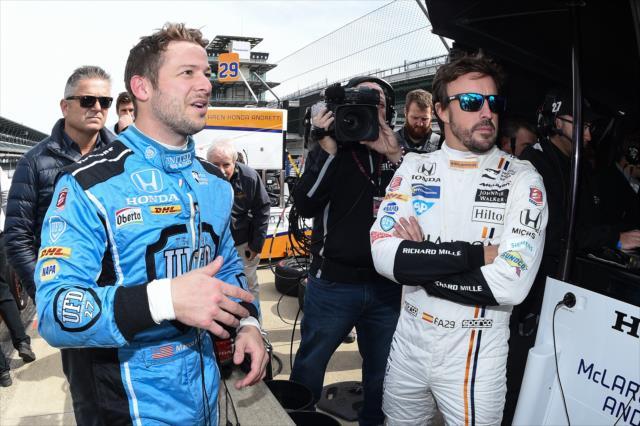 Alonso con Marco Andretti, quien hizo el shakedown en la mañana (FOTO: Chris Owens/INDYCAR)
