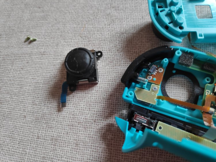 スティックを固定している2か所のネジを外し交換