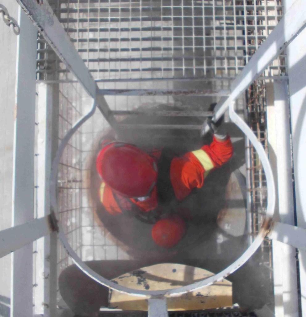 esercitazione di accesso per soccorso e recupero spazi confinati in passo d'uomo verticale con autorespiratore