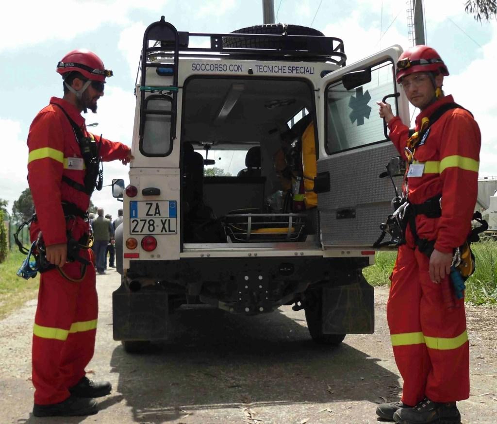 Due operatori addetti al soccorso della Emergency Global Consulting dietro al loro automezzo attrezzato