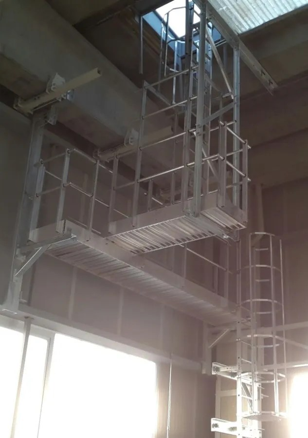 Scale con gabbia all'interno di uno stabilimento industriale