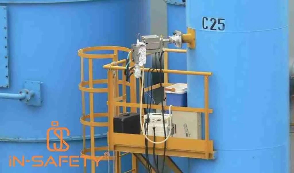 immagine di postazione di prelievo in ferro dipinto di giallo su camino venriciato in blu - ripreso dalle linee guida ARPA Friuli Venezia Giulia