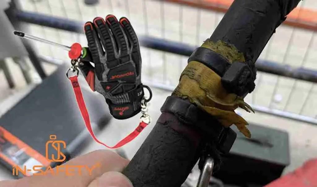 Un cacciavite legato malamente ad un guinzaglio mediante una fascetta di plastica - in sovrimpressione un sistema anti caduta degli attrezzi per cacciaviti by GRIPPS