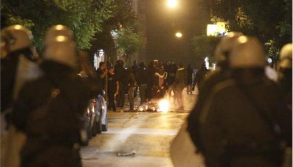 Σε πεδίο μάχης μετέτρεψαν οπαδοί το κέντρο της Αθήνας (video)