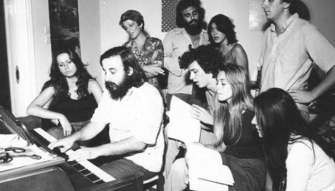 Θάνος Μικρούτσικος : Φτωχότερη η Ελλάδα -Το έργο του και τα τραγούδια που «μεγάλωσαν» γενιές | in.gr