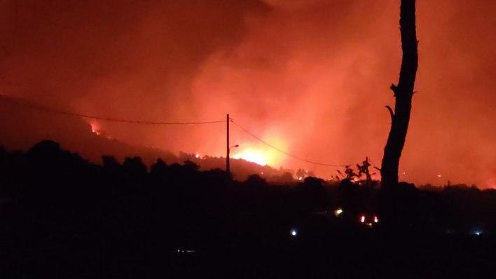 Μάχη με τις φλόγες στην Αττική: Αναζωπυρώσεις σε Μαλακάσα, Αφίδνες και Βαρυμπόμπη