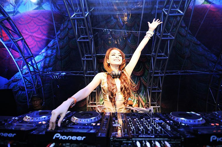DJ Yasmin playing at Dreamfields