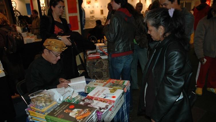Lonny Gerungan signs cookery books