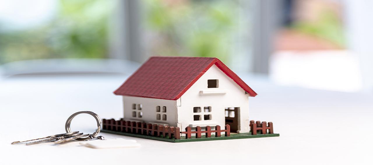 casa in miniatura con chiavi grandezza naturale