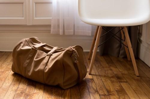Handbagage tas naast een stoel