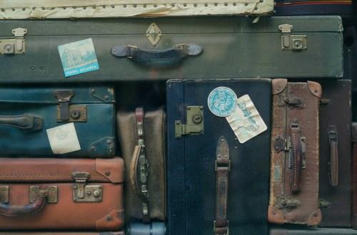 stapel ouderwetse leren koffers