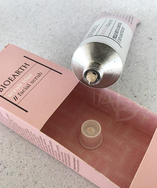 Texture sul sigillo dello scrub viso pelle secca Bioearth